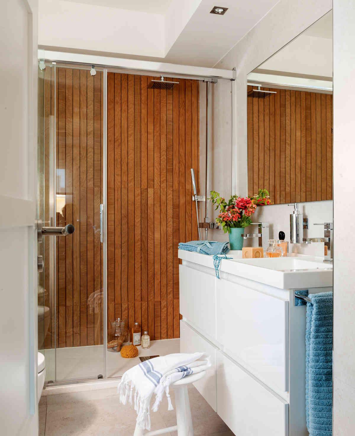 10 bano con pared de ducha imitacion madera y bajolavabo blanco fontaneros madrid reparaciones urgentes madrid