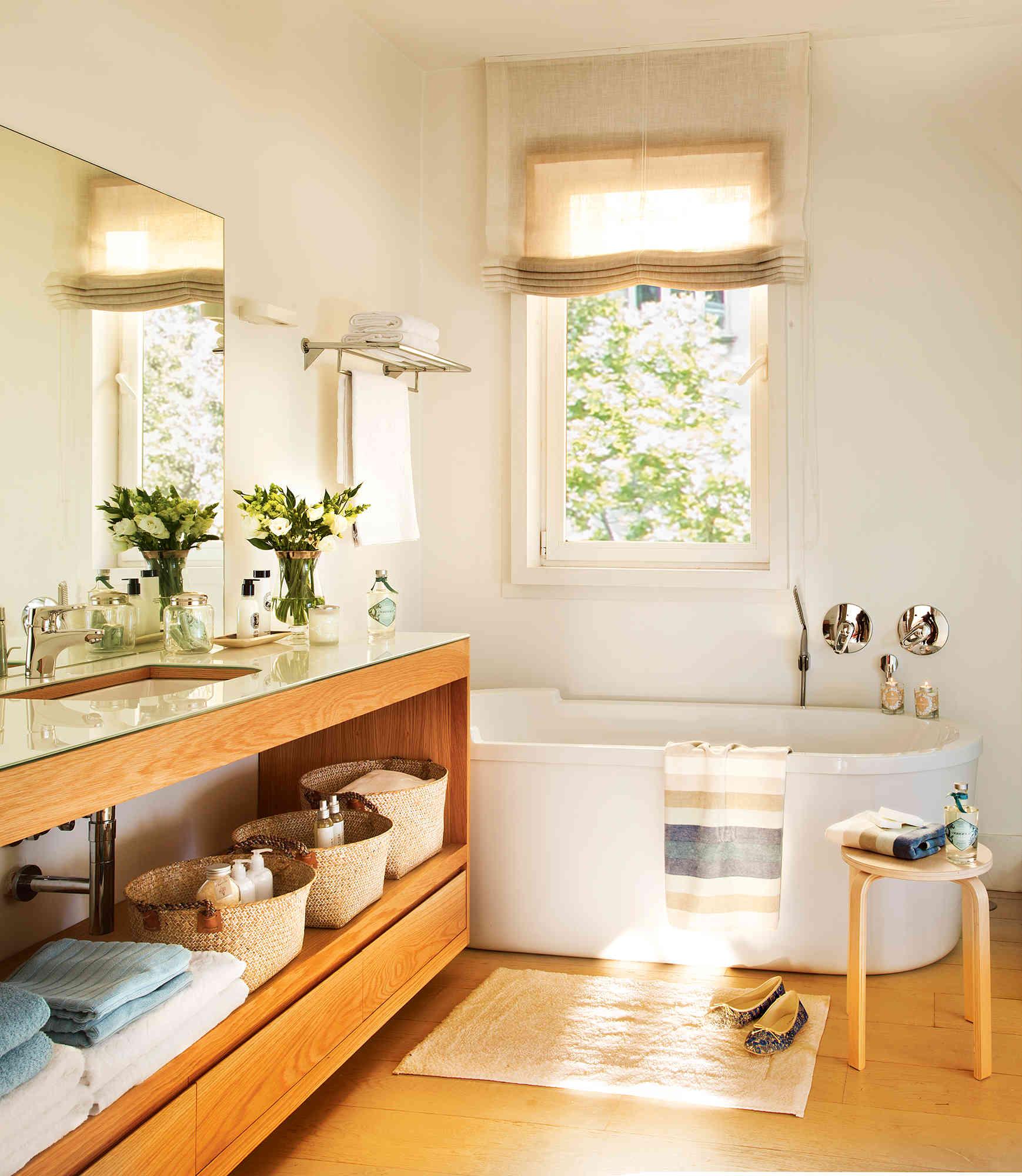 6 bano contemporaneo con mueble bajolavabo y banera debajo de ventana fontaneros madrid reparaciones urgentes madrid